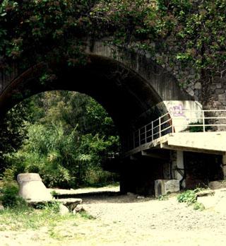 Каменный мостик возле термального источника