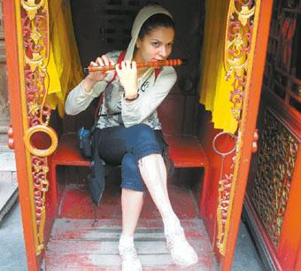 «Амазонка» учится играть на китайской флейте