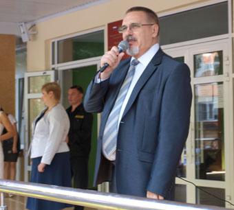 Школьников поздравляли глава города  и депутаты городской Думы