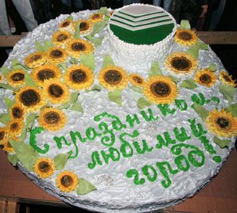 Гигантский торт — в подарок городу-имениннику