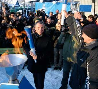 «Спасибо Газпрому!» сказал вице-премьер Игорь Сечин, поджигая факел, символизирующий пуск природного газа в дома жителей небольшого ставропольского по