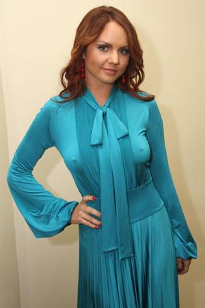 ...появилась в необычном наряде.В закрытом синем платье в пол издалека...