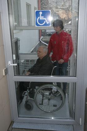 В Ставрополе презентовали новый  подъемник для инвалидов