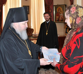 Епископ Кирилл вручил сертификат родителям Димы Захарова