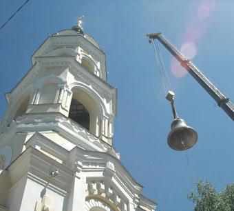 Трехтонный колокол-благовестник водрузили на звонницу