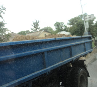 С дороги на Чапаевке убрали 35 тонн камней