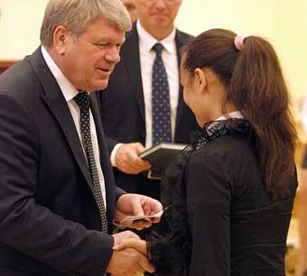 Губернатор вручил паспорта