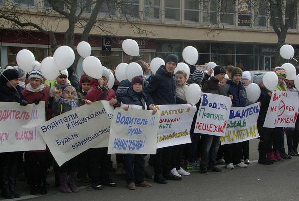 Белые шары — в память о погибших