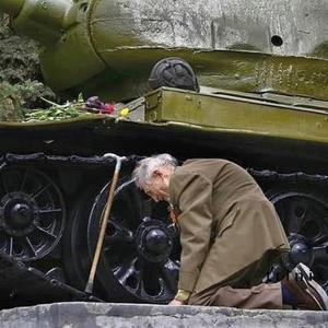 А танк продолжает стрелять
