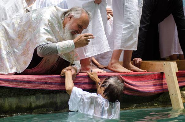Массовое крещение на Холодных родниках (видео)