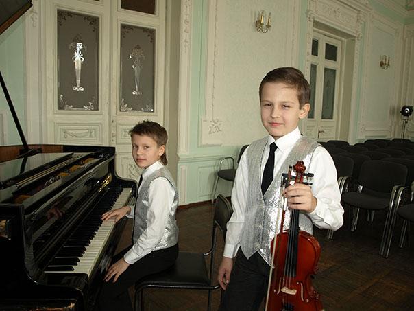 Рояль со скрипкой начинают и выигрывают