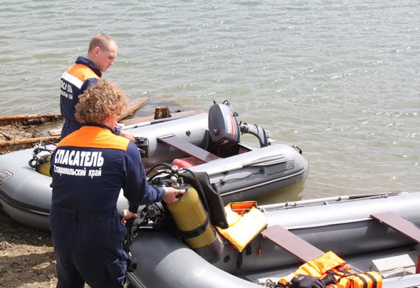 Рыбак! Не забывай надеть жилет  и проверить лодку!