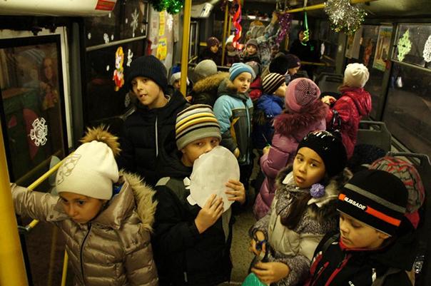 Новогодний троллейбус от второклашек