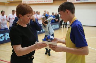 Ольга Копейкина вручает приз  лучшему юному футболисту, юноши, футбол