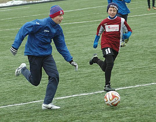 Так сражаются юные футболисты за Кубок «Вечерки». Фото Юрия Рубинского.