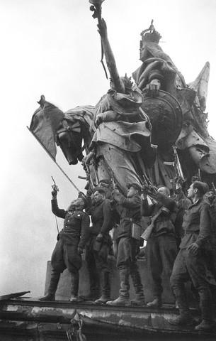Празднование 9 мая 1945 года в Москве. ФОТО : Псковская Лента ...   480x305
