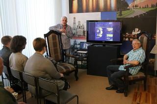 Александр Колбасников представил гостям художника Сергея Макеева.