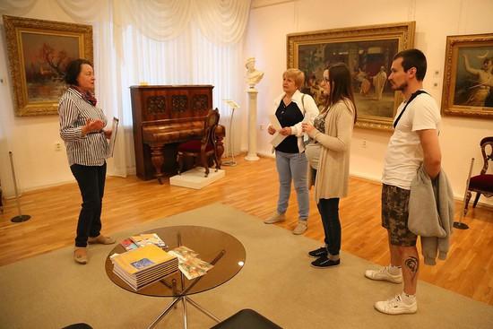 Людмила Волошенко рассказывает о коллекции купцов Алафузовых.