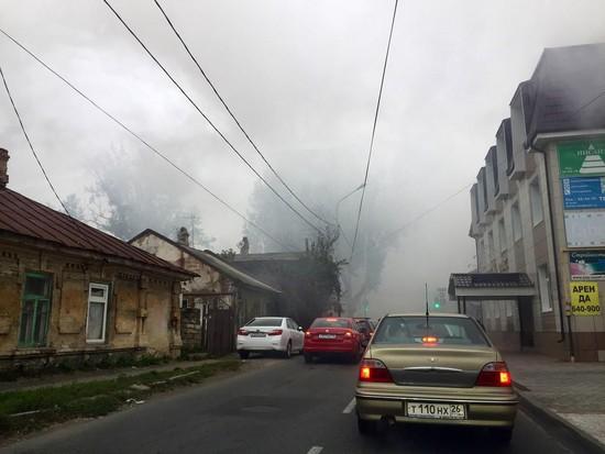 ВСтаврополе наулице Дзержинского полыхает дом
