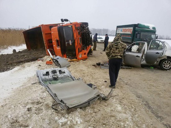 ВСтаврополе после столкновения Ниссана иКамАЗа в клинику доставлена шофёр легковушки