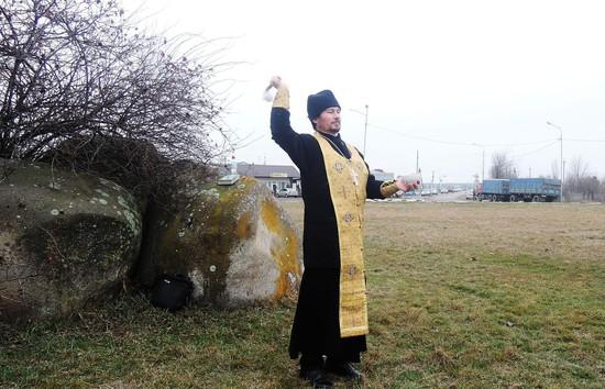 Священнослужители окропили восемь дорог вСтавропольском крае