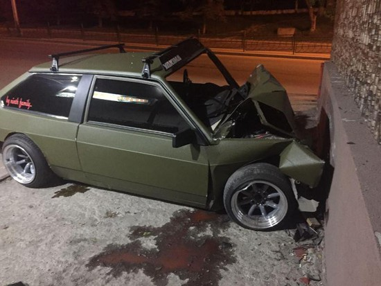 ВПятигорске шофёр легковушки въехал вбетонную стену