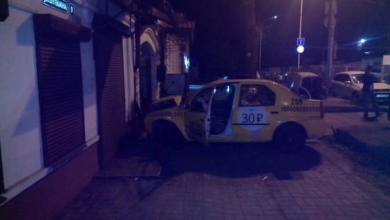 Наперекрестке Советской иБулкина вСтаврополе таксист врезался встену дома