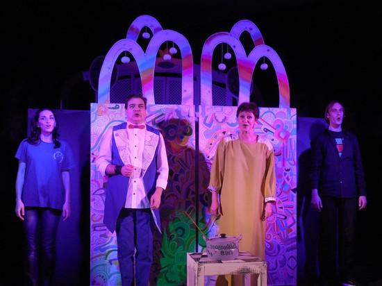 В спектакле заняты актеры: Надежда Дробышева, Алексей Куликов, Елена Куликова и Виталий Якушенко.