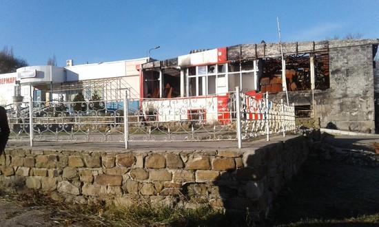 Здание рынка Первомайска еще не восстановлено после обстрелов. Осенью 2014 года здесь погибли люди, стоявшие в очереди за хлебом.