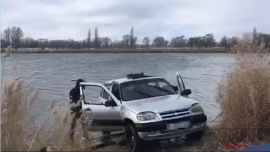 Автоинспекторы Ставрополья вытащили из воды тонувшего водителя и оштрафовали
