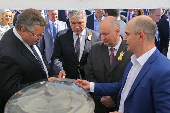 Губернатор Владимир Владимиров с почетными гостями праздника посетил площадки выставки достижений ведущих предприятий края.