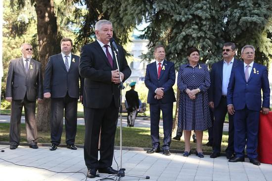 Глава Ставрополя Андрей Джатдоев приветствовал горожан и гостей краевого на аллее Почетных граждан.