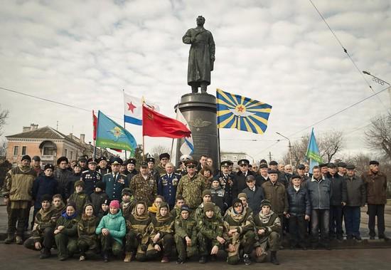 У памятника генерал-майору Токареву в Евпатории – члены Союза советских офицеров Крыма с воспитанниками военно-патриотических клубов.