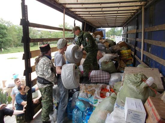 Идет разгрузка гуманитарной помощи.