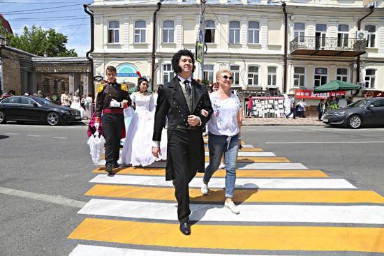 В Ставрополе в Пушкинский день по городу гуляли литературные персонажи
