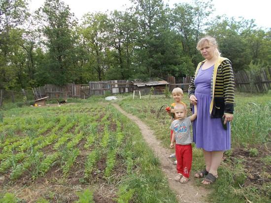Елена Дворченко с младшими сыновьями. Семья воспитывает девятерых детей.