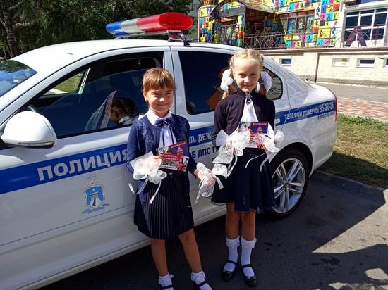 Белые банты на машинах - дети идут в школу!