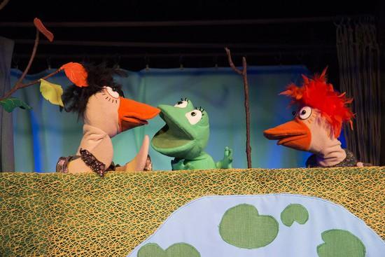 Сцена из спектакля Ставропольского краевого театра кукол «Лягушка-путешественница». Фото Маргариты ВОРОНОВОЙ.
